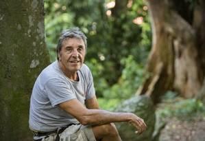 O arvorista Jean Pierre Lehaitre chegou ao Brasil nos anos 70, com cabelos compridos e barba, e nunca mais voltou para a França Foto: Ana Branco / Agência O Globo