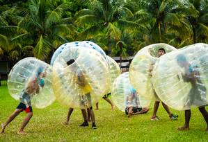 No Bubble Soccer, o oponente não pode pegar a bola Foto: Jotapê / Divulgação