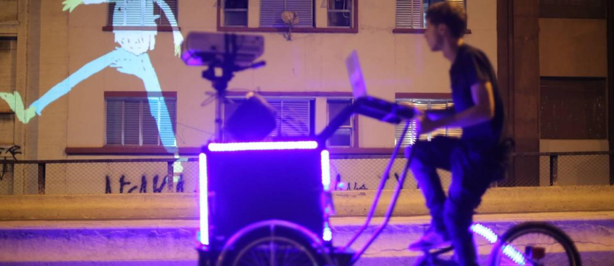 A performance Suaveciclo, que utiliza triciclos audiovisuais adaptados com projetor, computador, caixas de som e baterias Foto: Divulgação