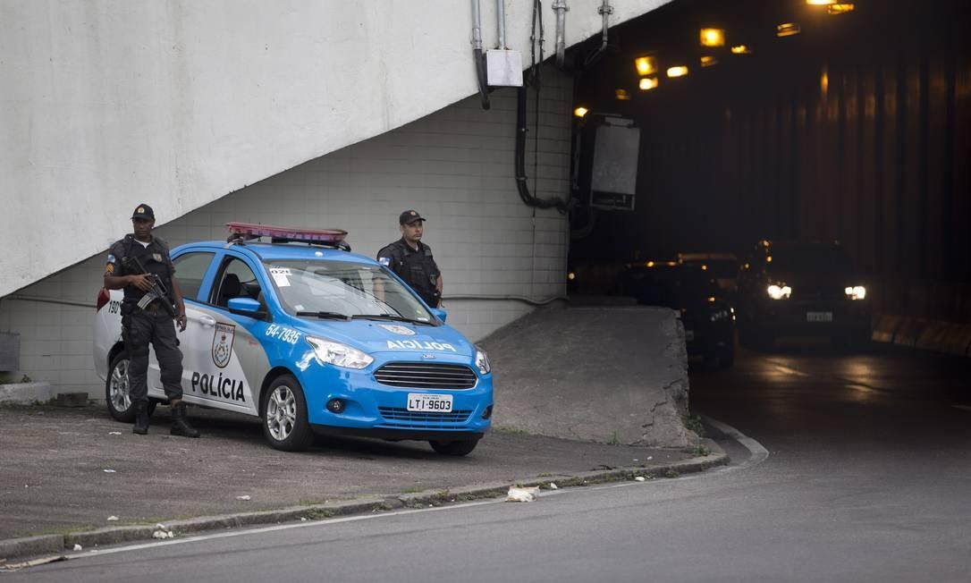 Policiais militares fazem o patrulhamento na saída do Túnel Santa Bárbara, no Catumbi Foto: Agência O Globo