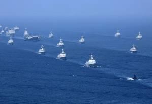 Poder naval. Esquadra comandada pelo porta-aviões Liaoning faz exercícios no Mar do Sul da China: as disputas por áreas marítimas são com os vizinhos, mas os Estados Unidos são o verdadeiro competidor de Pequim na na região Foto: Li Gang/Xinhua-AP/ 12-4-2018