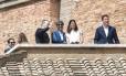 Abusados sexualmente quando jovens, os chilenos José Andrés Murillo (à esquerda) com sua mulher, James Hamilton (ao centro, de azul) e sua mulher, e Juan Carlos Cruz (à direita) assistiram ao Angelus de uma sacada do palácio apostólico, no Vaticano. Este é um lugar de honra somente para convidados do Papa Foto: ANDREAS SOLARO / AFP