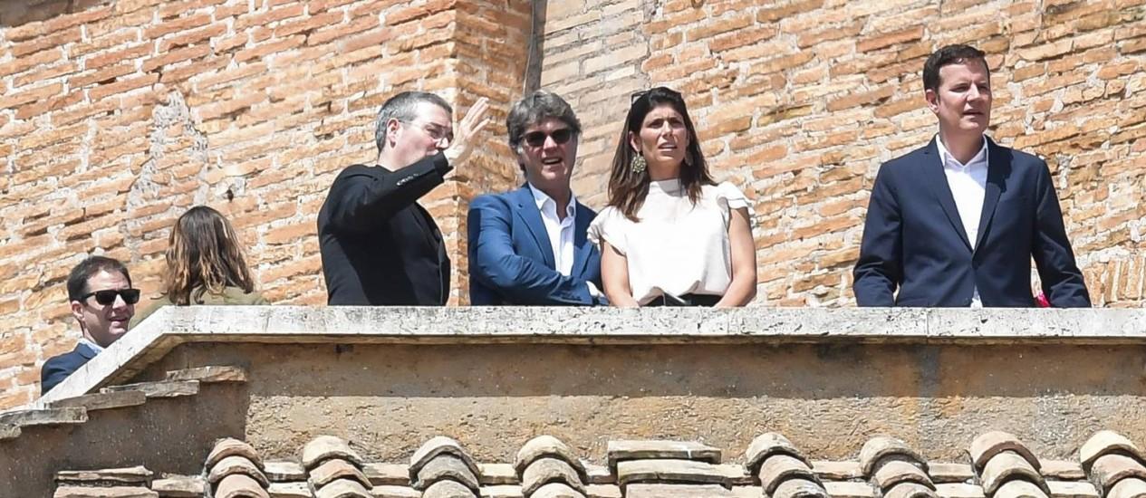 Abusados sexualmente quando jovens, os chilenos José Andrés Murillo (à esquerda) com sua mulher, James Hamilton (ao centro, de azul) e sua mulher, e Juan Carlos Cruz (à direita) assistiram ao Angelus de uma sacada do palácio apostólico, no Vaticano. Este é um lugar de honra somente para convidados do Papa