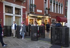 Veneza instalou catracas nas extremidades de duas pontes para recuar turistas se o fluxo de visitantes for alto demais. Foto: Riccardo Gregolin / ANSA / via AP