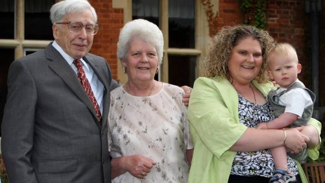 Na foto de 2008, Louise Brown (à esquerda) segura seu filho Cameron, ao lado de sua mae, Leslie, e o médico que fez sua fertilização in vitro, Robert Edwards, durante as comemorações do 30º aniversário do