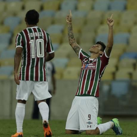Observado por Sornoza, Pedro, de joelhos, comemora o gol de empate do Flu Foto: Alexandre Cassiano