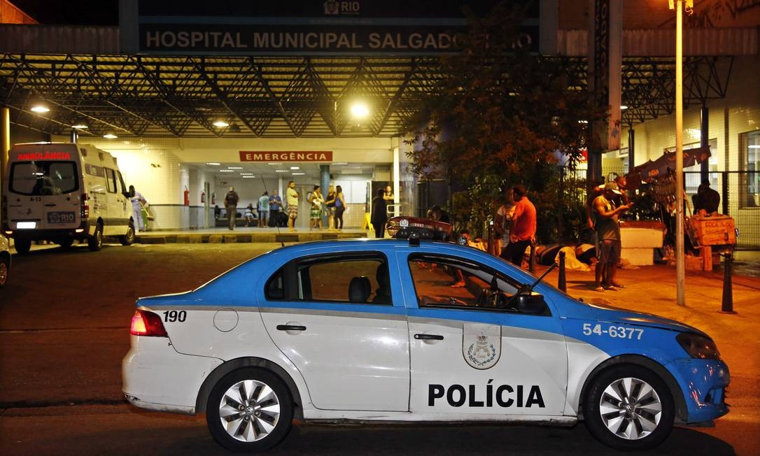 Carro da polícia em frente ao Salgado Filho Foto: MARCOS DE PAULA / Agência O Globo