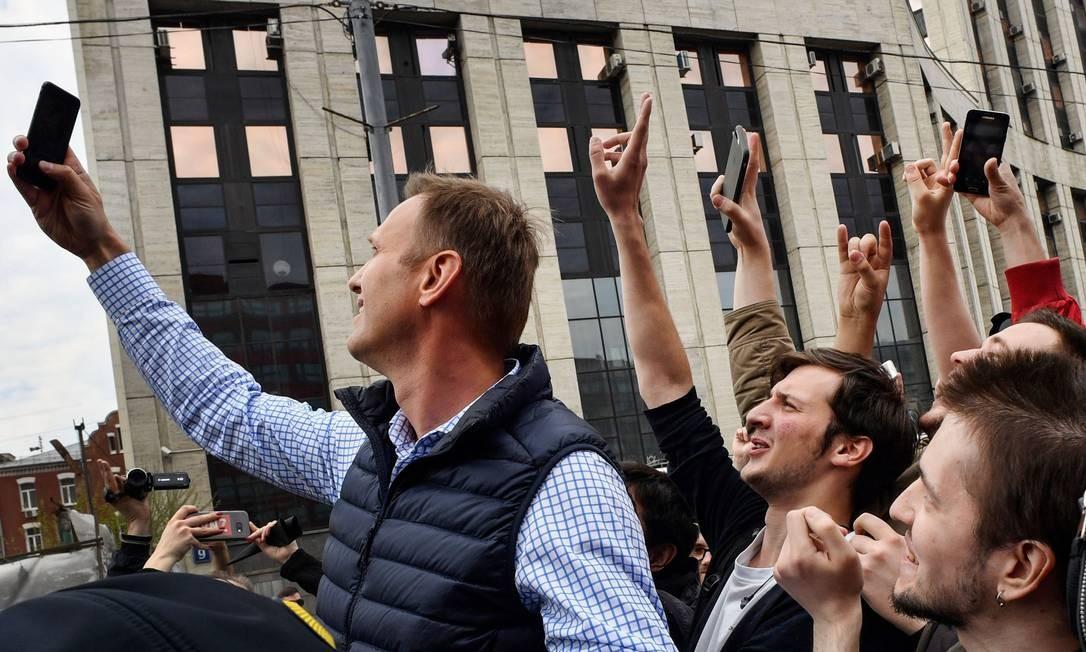 O líder da oposição ao governo russo, Alexei Navalny, tira uma selfie com os manifestantes desta segunda-feira, ato que também é simbólico num protesto que reivindica liberdade na internet Foto: ALEXANDER NEMENOV / AFP