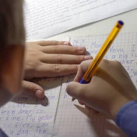 Fatores sociais e biológicos podem interferir na aprendizagem de outro idioma Foto: shutterstock.com/kwarkot