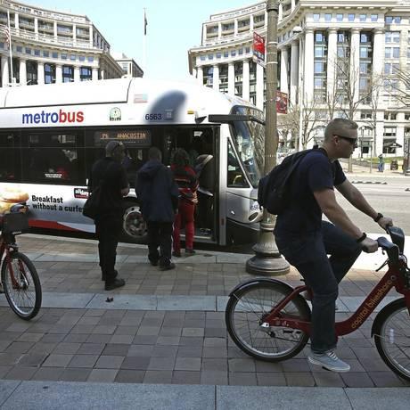 Ciclistas passeiam por Washington. Capital é usada como teste para modelos que serão levadas para outras cidades Foto: MARK WILSON / Agência O Globo