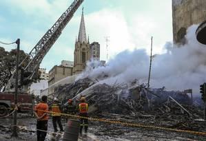 Após desabamento, bombeiros tentam controlar incêndio em prédios no Centro de SP Foto: Edilson Dantas / O Globo