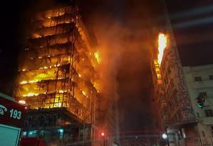 Em chamas, prédio desabou na madrugada desta terça-feira no Centro de São Paulo Foto: HANDOUT / AFP