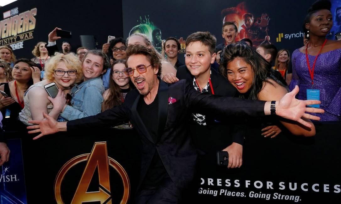 Robert Downey Jr posa com fãs na première de 'Vingadores: Guerra Infinita' em Los Angeles, na Califórnia Foto: MARIO ANZUONI / REUTERS