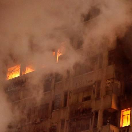 De acordo com testemunhas, fogo começou após briga de casal Foto: Leonardo Benassatto / Reuters