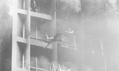 Desesperado, homem se joga da fachada do Edifício Joelma, no Centro de São Paulo, durante incêndio. Foto venceu o prêmio Esso de Fotografia em 1974. Foto: Antônio Carlos Piccino / Agência O Globo
