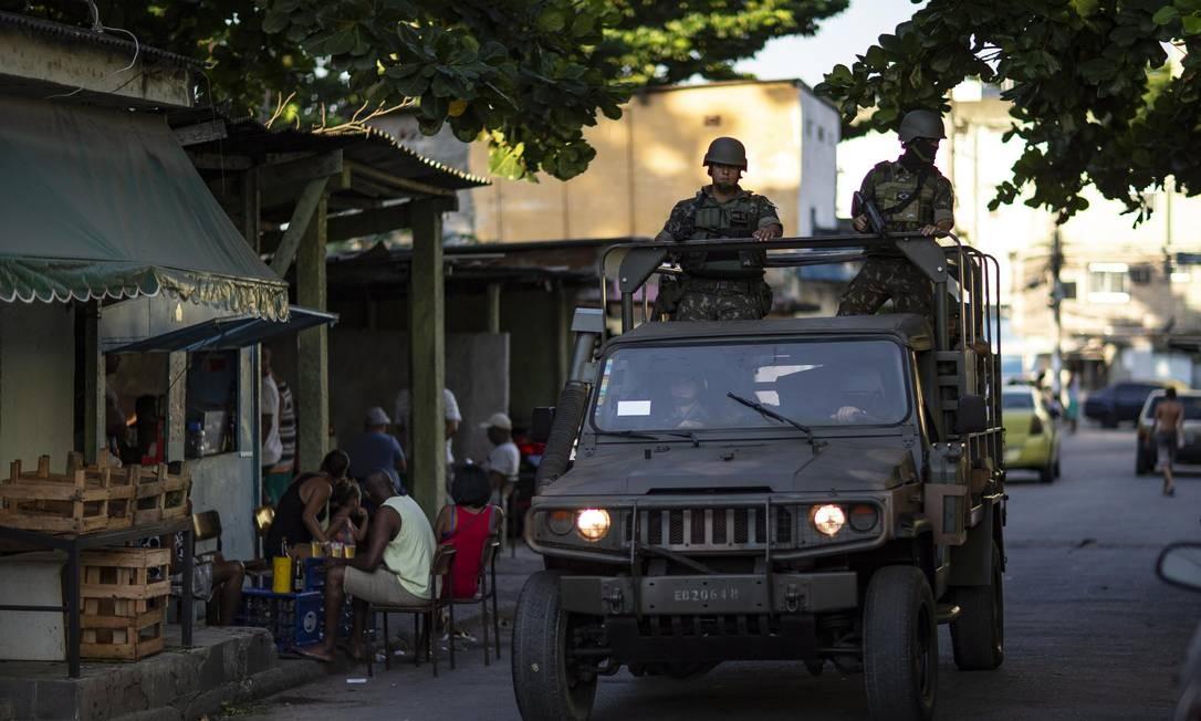 Soldados militares em uma das entradas da comunidade Fumacê, na Zona Oeste Foto: Alexandre Cassiano / Agência O Globo