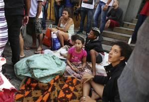 Desabrigados do prédio que desabou em São Paulo aguardam ajuda em ruas próximas ao local do acidente Foto: Andre Penner / AP