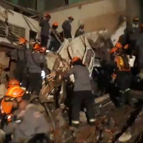 Bombeiros vasculham destroços de prédio durante a madrugada Foto: Divulgação/Bombeiros SP