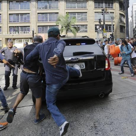 Moradores deram chutes em carro que transportava o presidente Michel Temer Foto: Nelson Antoine / AP