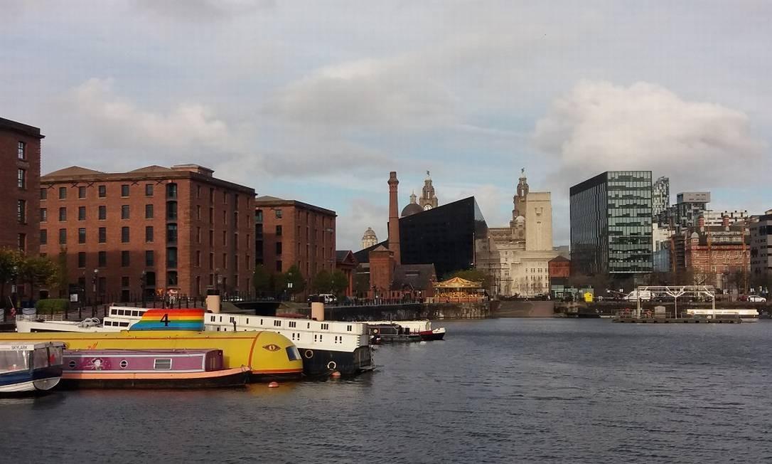 O barco-hotel Yellow Sub se destaca na paisagem do Waterfront de Liverpool Foto: Eduardo Maia / O Globo
