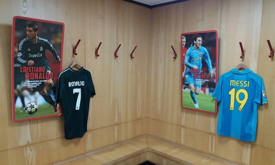 O tour pelo estádio leva também aos vestiários. No dos visitantes, camisas usadas por grandes craques em partidas contra o Manchester United Foto: Eduardo Maia / O Globo