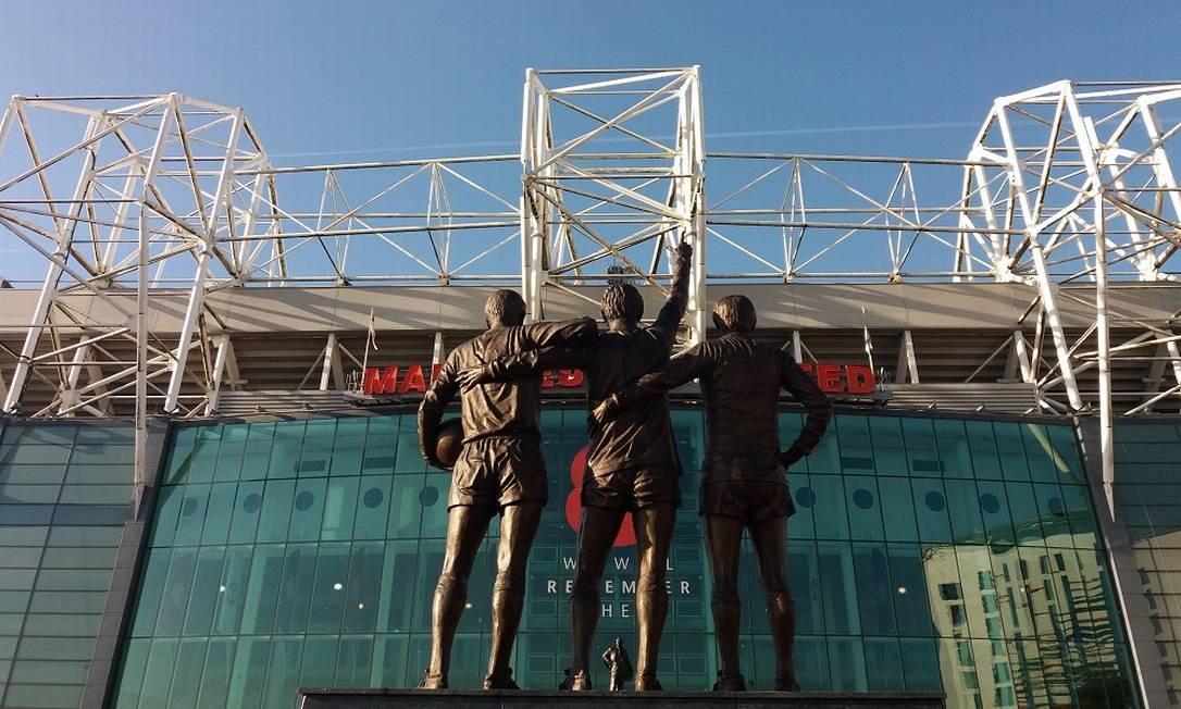 Estátua relembra a 'santíssima trindade' do Manchester United (George Best, Denis Law e Bobby Charlton) em frente a Old Trafford, centenário estádio do Manchester United Foto: Eduardo Maia / O Globo