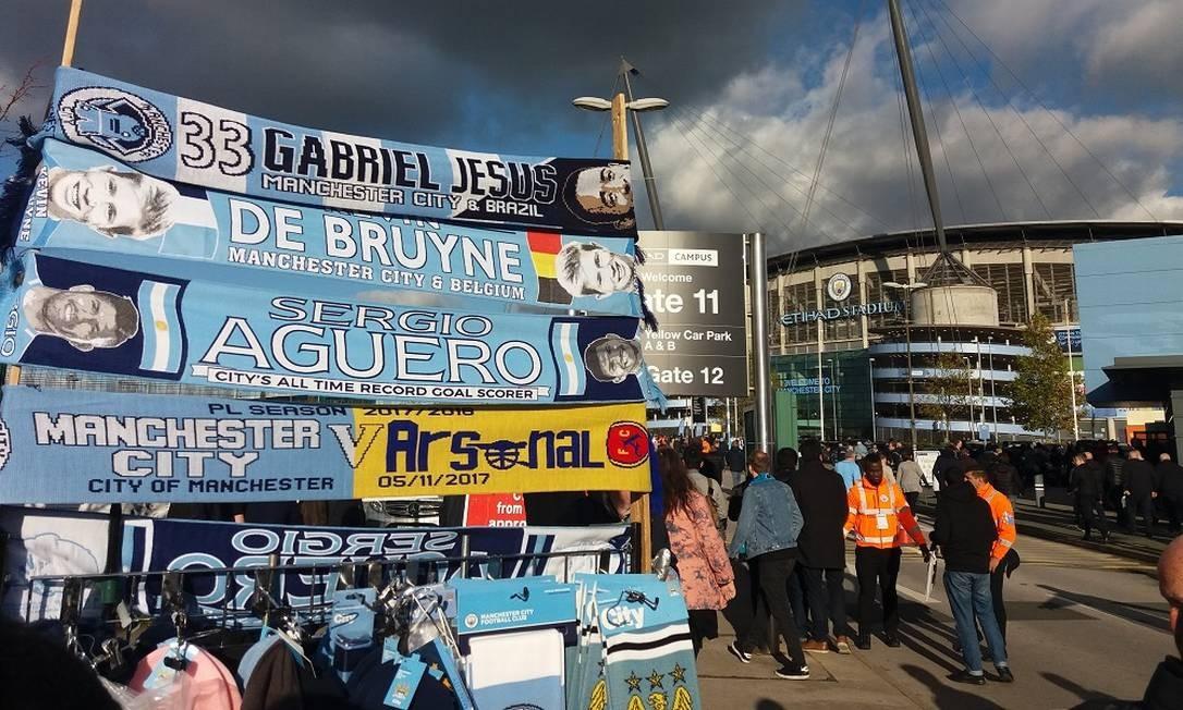Atual campeão inglês, o outro time da cidade, o Manchester City, joga no moderno Etihad Stadium Foto: Eduardo Maia / O Globo
