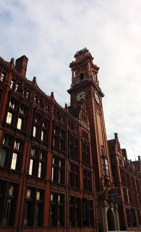 A imponente fachada vitoriana do hotel The Principal, que funciona num prédio do final do século XIX, é uma herança do auge industrial de Manchester Foto: Eduardo Maia / O Globo