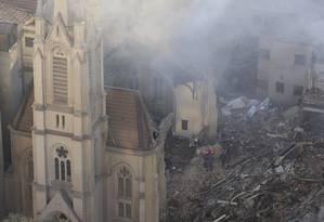Bombeiros trabalham nos escombros de prédio em São Paulo Foto: Edilson Dantas / Agência O Globo
