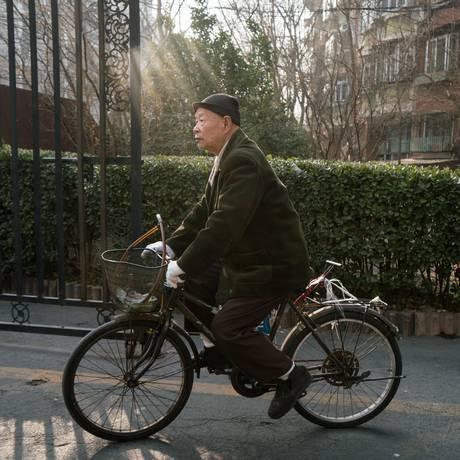 Han Zicheng, 85, anda de bicicleta próximo a mercado em Tianjin em janeiro Foto: Yan Cong / For The Washington Post