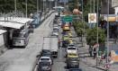 Os milhares de veículos que circulam diariamente por vias como a Avenida Nelson Cardoso são os principais algozes da qualidade do ar Foto: Ana Branco / Agência O Globo
