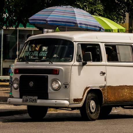 Kombi circulando em Paciência é exemplo de transporte clandestino na Zona Oeste Foto: Marcelo Regua / Agência O Globo