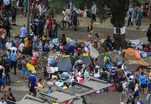 Desabrigados acampam em praça próxima ao prédio que desabrou no centro de SP Foto: Edilson Dantas/ Agência O Globo