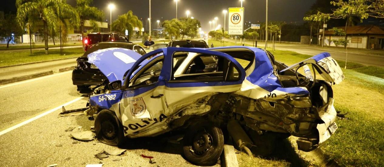Carro da PM após ser atingido por outro carro na Barra da Tijuca Foto: Uanderson Fernandes / Agência O Globo