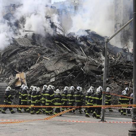Bombeiros trabalham nos escombros do prédio Wilton Paes de Almeida Foto: Edilson Dantas / Agência O Globo