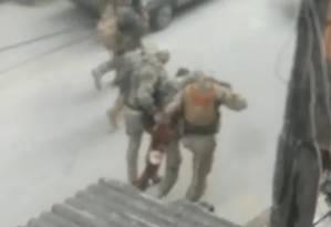 O PM do Bope sendo socorrido Foto: Reprodução de vídeo