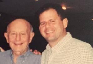 Dario Messer ao lado de seu pai, o polonês Mordko Messer Foto: Reprodução