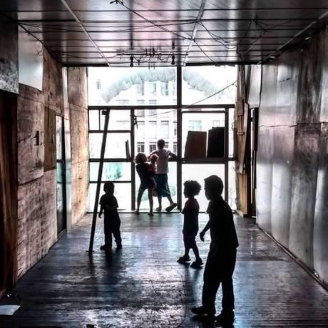 Crianças brincam em corredor do prédio que desabou em SP Foto: Lidiane Maciel