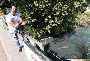 """O diretor de """"Vale dos Jacarés"""" no Parque Chico Mendes, no Recreio: interesse pelos animais despertado assim que se mudou Foto: Pedro Teixeira / Agência O Globo"""