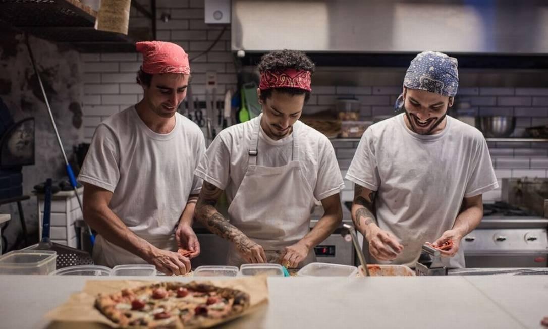 Joana Pizza-Bar. Com massa de fermentação natural, as pizzas têm tamanho único. Além das clássicas, como marguerita (R$ 24), o menu tem sugestões como a churrasco turco (lascas de peito bovino marinado em especiarias, hortelã, queijo de cabra e Grana Padano, R$ 28) e a remolacha (creme de ricota, lâminas de beterraba no azeite de ervas, alho confit, limão-siciliano e xarope picante, R$ 27). Rua Joana Angélica 47, Ipanema Foto: Filipe Marques / Divulgação