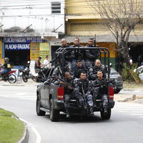 Militares em uma das entradas da Cidade de Deus após confronto nesta manhã Foto: Pablo Jacob / Agência O Globo