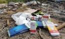 Medicamentos abandonados em lixão no município de Itaboraí encontrados por moradores Foto: Agência O Globo