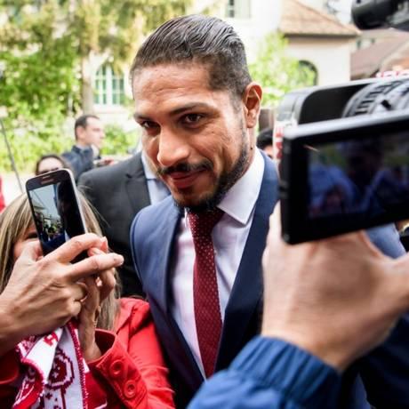 Guerrero foi bastante assediado pelos fãs Foto: Jean-Christophe Bott/Keystone via AP