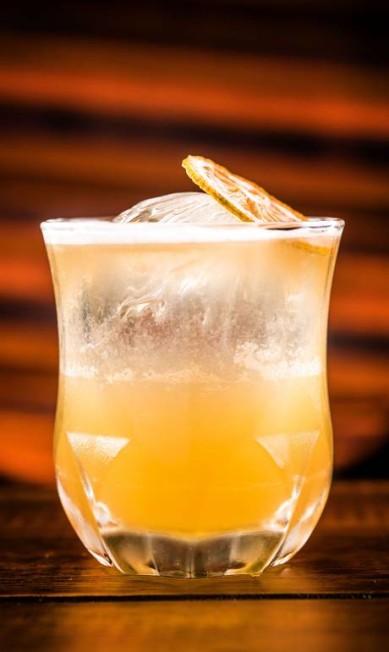 """Penicillin. """"A penicilina cura"""" (R$ 32): uísque Black Label, limão, xarope de mel com gengibre, e é finalizado com borrifada extra de uísque defumado. Rua Dias Ferreira 50, Leblon (3591-7617) FILICO / Divulgação"""