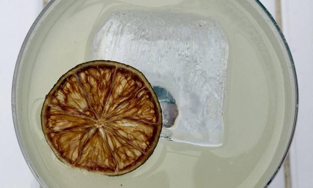 Daiquiri. No Nosso, bar especializado em rum, o coquetel é feito com esmero, servido aerado, na temperatura ideal. Apenas rum branco e limão-galego (R$ 33). Rua Maria Quitéria 91, Ipanema (99619-0099) Divulgação