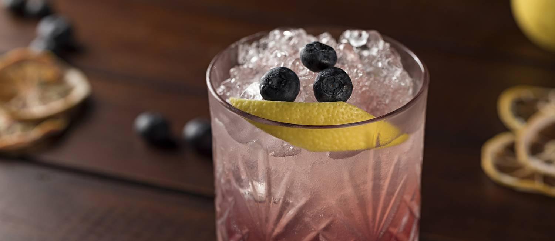 Garoa Bar Lounge. O Las Moras (R$ 32) é uma releitura do bramble e leva gim, gengibre, limão e monin de amora Foto: RODRIGO AZEVEDO FOTOGRAFIA / Divulgação
