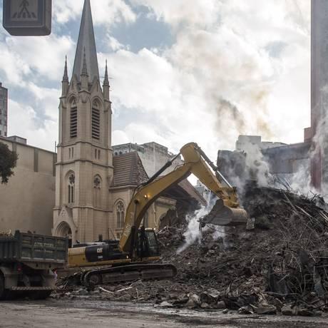 Bombeiros trabalham nos escombros do prédio que desabou no centro de SP Foto: Edilson Dantas / Agência O Globo