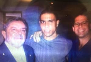 O doleiro Dário Messer, à dir. posa com o ex-presidente Lula e o ex-jogador Ronaldo Foto: Arquivo pessoal