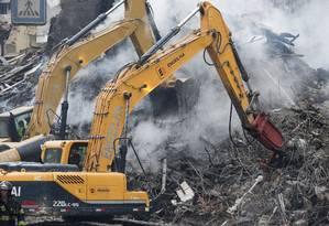 Com uso de máquinas, bombeiros buscam por moradores desaparecidos Foto: Edilson Dantas / Agência O Globo