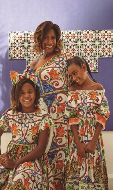 Glória Maria e suas filhas, Maria e Laura, vestem Dolce & Gabbana João Arraes